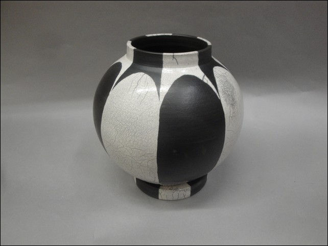Click to view detail for MP-064 Raku, Black & White Lidded