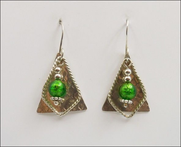 Click to view detail for DKC-873 Earrings Triangles with Green Murano Glass
