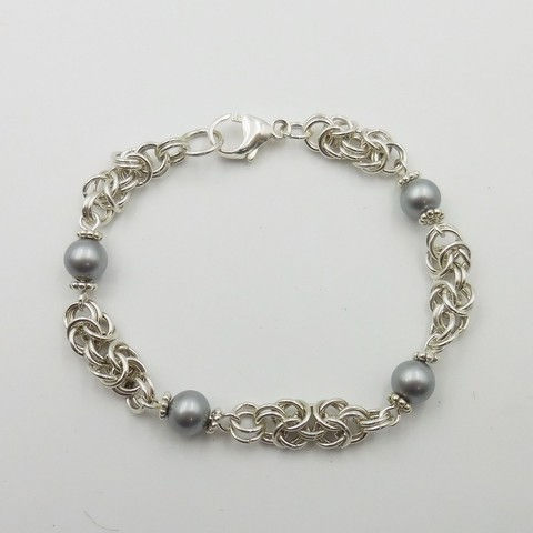 Click to view detail for DKC-1062 Bracelet, Sterling Silver Byzantine Weave, Gray FW Pearl $175