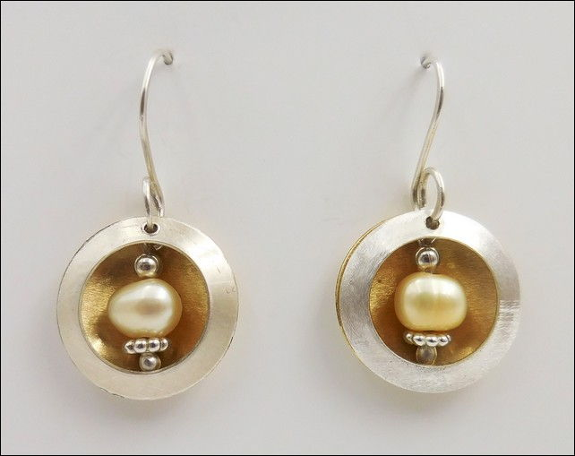 Click to view detail for DKC-806 Earrings, Open Sircles, Brass, Beige Pearl