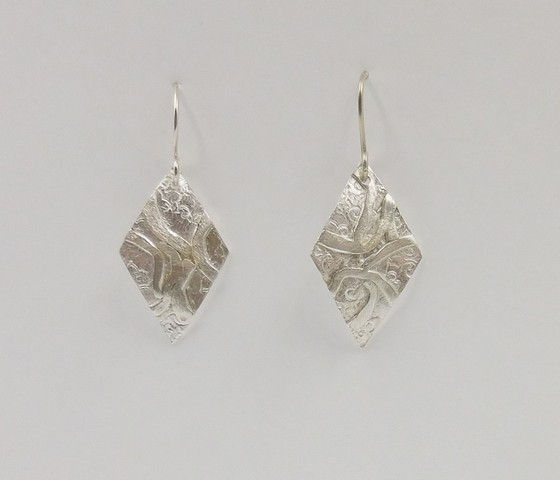 Click to view detail for DKC-911 Earrings, textured diamonds