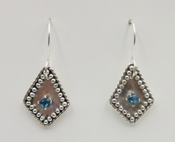 Click to view detail for DKC-946 Earrings, diamond granulation, blue CZ $80