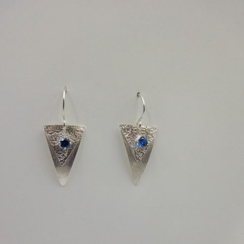 Click to view detail for DKC-947 Earrings, triangles, blue zircon