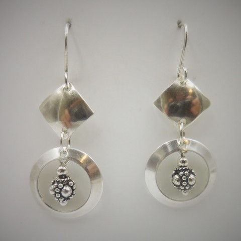 Click to view detail for DKC-975 Earrings, diamond/circle bali bead $66