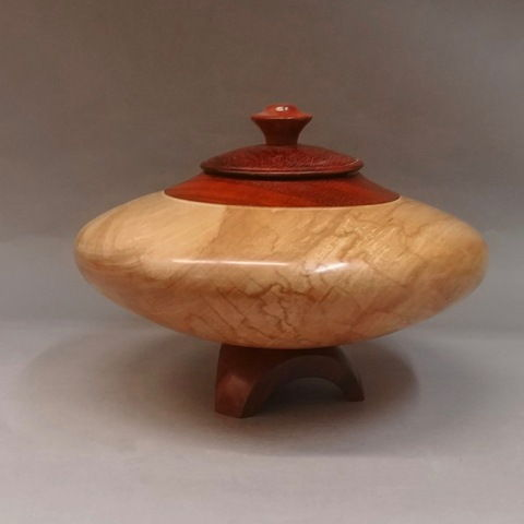 Click to view detail for TC-069 Lidded Vessel, Curly Maple/Bloodwood 10x8